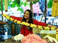 Sada Nimmondige Kannada Actress Priyanka Upendra Sells Flowers At Gandhi Bazaar