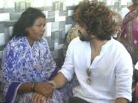 Actor Bhuvan Ponnanna Visits Martyred Soldier Gurus House Donates 1 Lakh For Kin Of Guru