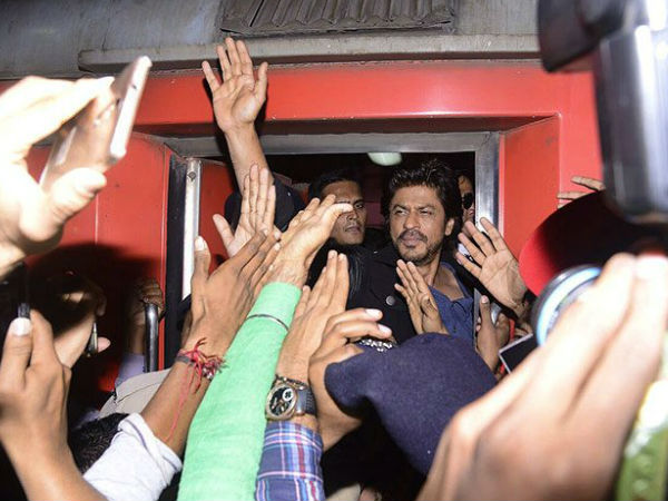 One Dies In Stampede To See Shahrukh Khan At Gujarat Railway Station..
