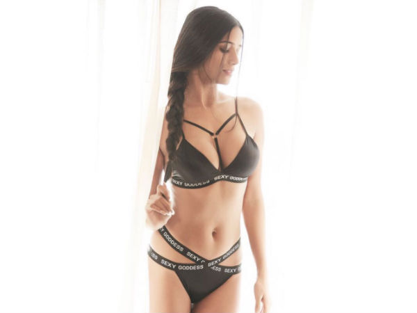 Poonam Pandey sizzles in a scorchingly hot bikini