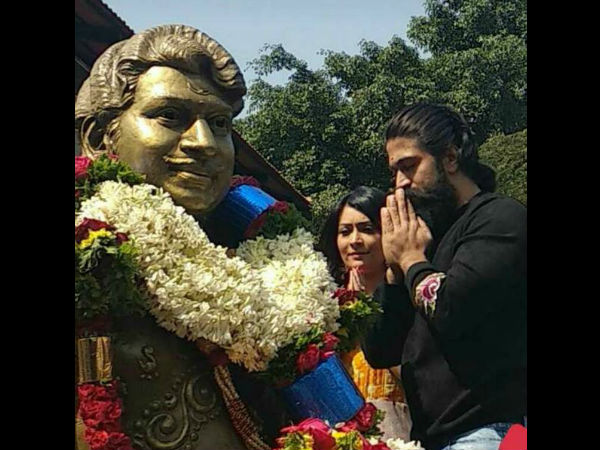 Yash gets blessing from Rajkumar