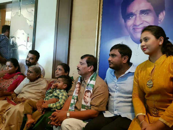 Actress Amulyas father in law and former BBMP corporator Ramachandra joins JDS