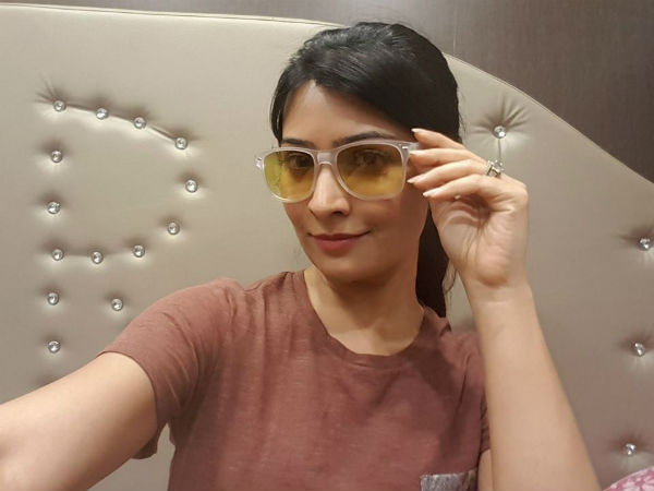 Radhika Pandit has taken Sun Glass from KGF shooting location