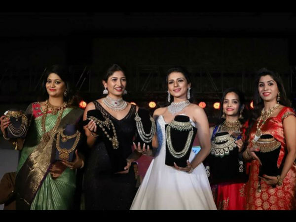 Actress sruthi hariharan inaugurates The Jewelry show in Mysuru