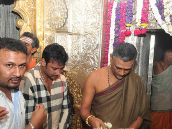 ಆಷಾಢ ಶುಕ್ರವಾರ ಹಿನ್ನೆಲೆ ಚಾಮುಂಡಿ ದರ್ಶನ ಪಡೆದ ಡಿ ಬಾಸ್