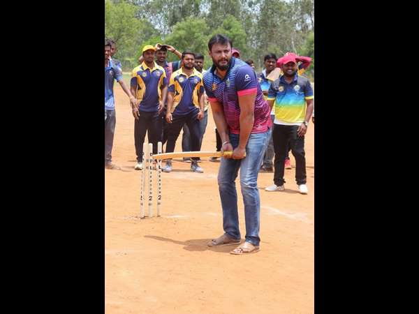 Who is Darshan favorite cricketer