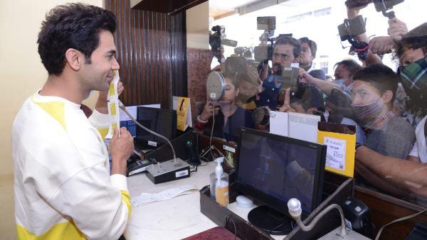 ದೆಹಲಿ ಚಿತ್ರಮಂದಿರದಲ್ಲಿ ಟಿಕೆಟ್ ಮಾರಾಟ ಮಾಡಿದ ರಾಜ್ ಕುಮಾರ್ ರಾವ್