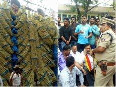 ಕನ್ನಡಿಗರ ಮೇಲೆ ಹಲ್ಲೆ: 'ಮೆರ್ಸಲ್' ಚಿತ್ರಕ್ಕೆ ಬಿಸಿ ಮುಟ್ಟಿಸಿದ ಹೋರಾಟಗಾರರು.!