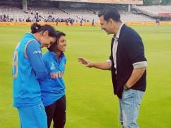 Akshay Kumar Shares A Light Moment With Indian Women S Cricket Team On Field